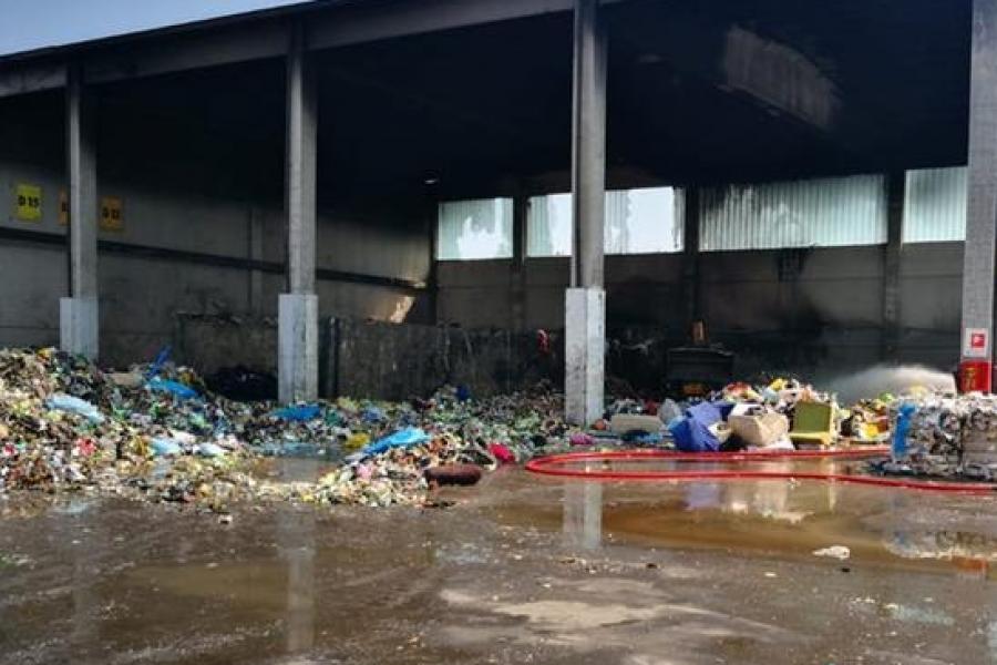 Incendio a Zevio in azienda smaltimento rifiuti speciali
