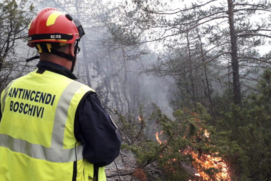 """Incendio nell'Agordino. Bottacin presiede vertice a Taibon: """"Situazione migliora ma siamo all'inizio dell'emergenza. In campo nove velivoli. Potrebbe essere l'evento più esteso in Veneto da trent'anni"""". Dichiarato da Zaia lo stato di crisi"""