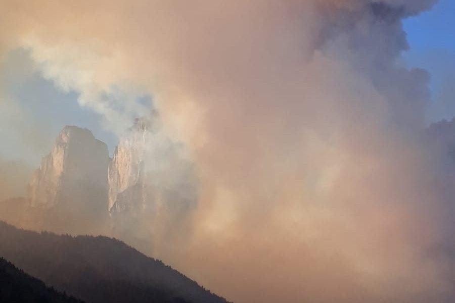 Incendio di vaste dimensioni in Agordino. Vigili in azione per il recupero di due escursionisti