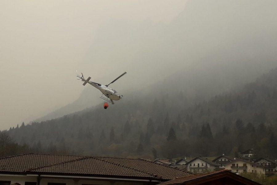 Un'ampia carrellata di immagini della prosecuzione degli interventi per lo spegnimento dell'incendio