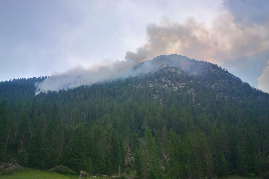 Incendio sopra Cortina a Cimabanche. Pericolo esplosione reperti bellici