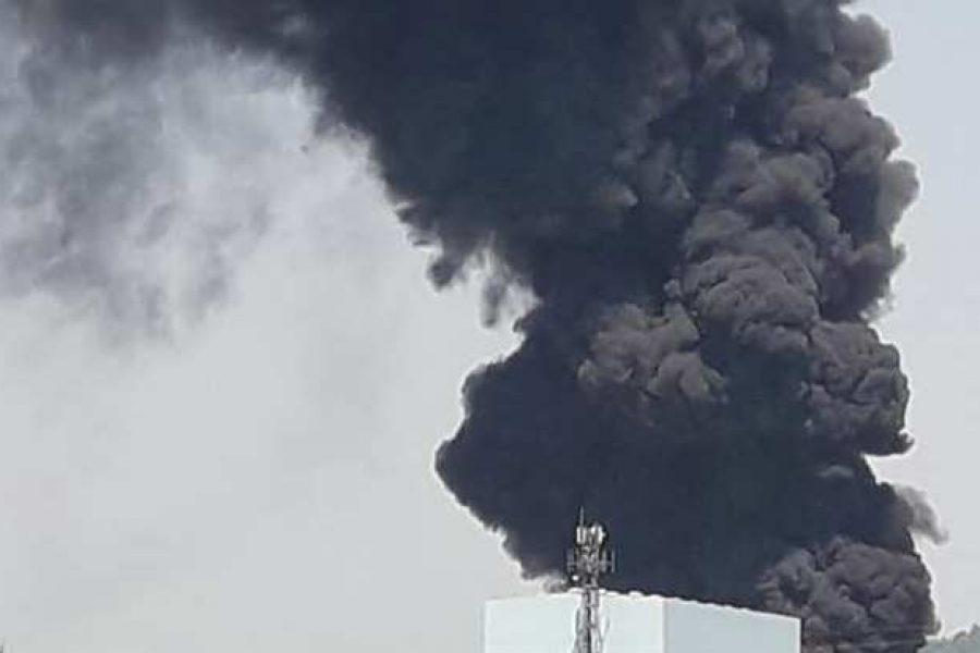 Incendio in azienda vernici. A4 chiusa per pericolo fumo
