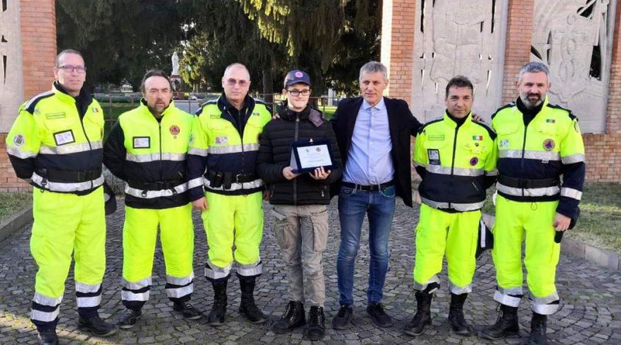 Ragazzo dona premio alla Protezione Civile