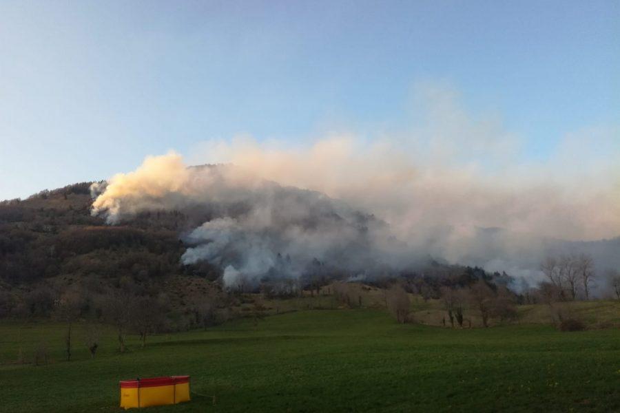 Vasto incendio nella Valle del Chiampo